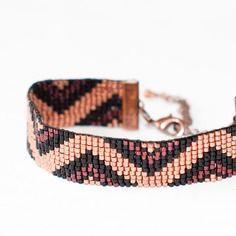 Bracelet manchette en perles tissées - motif triangles cuivre clair, foncé et noir