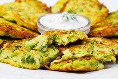 Cauliflower and feta fritters.Serve them up with a squeeze of lemon and a lovely fresh salad. Side Recipes, Other Recipes, Vegetable Recipes, Vegetarian Recipes, Cooking Recipes, Healthy Recipes, Keto Recipes, Cauliflower Fritters, Tzatziki