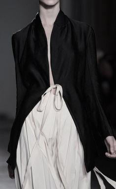 Uma Wang at Milan Fashion Week Spring 2016 - Details Runway Photos Fashion Mode, Look Fashion, Fashion Details, Runway Fashion, Womens Fashion, Fashion Design, Fashion Trends, Paris Fashion, Fashion Outfits
