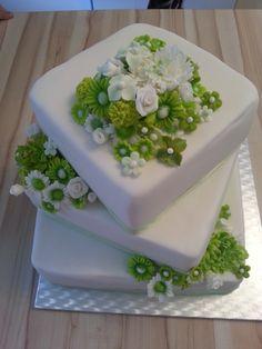Svatební dort se zeleno-bílými květinami .... Dort je vyroben z piškotového korpusu a naplněn smetanovou náplní jahodovou a čokoládovou Celý dortík je potažen modelovacím fondánem a dozdoben ručně modelovanýmikvěty dle přání Dort lze samozřejmě různě kombinovat dle přání : korpus tmavý , světlý a náplně čokoláda, oříšek, jahoda, malina, hruška, ...