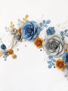 Arco boda tan elegante de la flor de papel o incluso la configuración de recepción por Mio Galería hará que tu oye saltar un poco. Exquisito y lujoso al mismo tiempo los adornos de pared flor de papel suspendido en gris suave, blanco y azul y oro seguramente dar un sentido de sensación de romance y añadir la belleza a la decoración de la boda todo!  Este conjunto de flores de papel grandes únicas 16 + 14 papel hojas cubrirá alrededor de 4 pies de ancho X 3 altura de pies / / espacio...