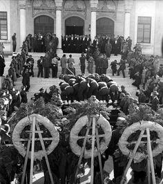 Atatürk-ün naaşı Etnografya Müzesi-nden çıkarılırken görülüyor.