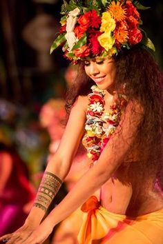 Polynesian dancer with tatau wristband Polynesian Dance, Polynesian Islands, Polynesian Culture, Polynesian People, Polynesian Tattoos, Tahitian Tattoo, Tahitian Dance, Tahitian Costumes, Tahiti Nui