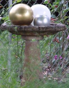 DIY Gazing Balls - spray painted glass globes grouped together in a birdbath Garden Yard Ideas, Garden Crafts, Garden Projects, Outdoor Art, Outdoor Gardens, Outdoor Decor, Glass Garden, Garden Spheres, Garden Globes