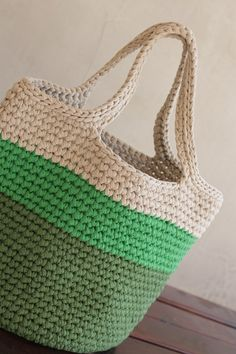 Easy Crochet Bag - FREE Pattern - MalkishuArt - crochet patterns - - Come and crochet this easy crochet bag free pattern with me. This easy crochet bag can be made with any bulky yarn and a suitable crochet hook. Crochet Pattern Free, Free Crochet Bag, Crochet Market Bag, Bag Pattern Free, Crochet Basket Pattern, Crochet Bags, Crochet Hooks, Knitted Bags, Crochet Beach Bags