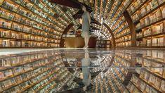 ひとくちに「本屋さん」と言っても、いろいろあります。セレクトが魅力的な小さな書店に、品揃え豊富な大型店舗、なかにはお酒が飲めたり、泊まれたりする場所もあったり。それぞれに違った魅力がありますが、中国には「空間そのものを楽しめる」本屋さんがあるようです。上海の北西、揚州市(ようしゅうし)にある書店「鍾書閣(Yangzhou Zhongshuge)」。本棚が黒い床に反射して、360度本に囲まれて...