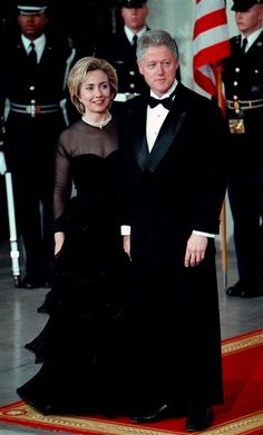 First Lady Hillary Clinton and President Bill Clinton wait for the arrival of Chinese Premier Zhu Rongil.