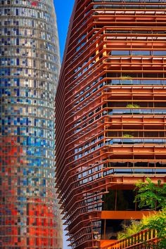 El edificio de la CMT en Barcelona. Es de color negro acristalado, encerrado en una jaula de acero oxidado naranja brillante. (David Cardelús)