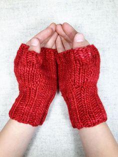 Fingerlose Handschuhe für Kinder (ca. 4-6 Jahre), warme Armstulpen aus roter Merinowolle. Farbe: rot, handgefärbt Material; 100% Wolle (Merino)
