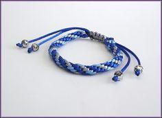 Pulseira feita com técnica Kumihimo, 3 cores de cordões de cetim, acabamentos cromados. <br>Largura 0,8 cm <br>Tamanho ajustável <br>Código: 74