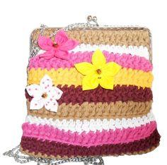Ref. 828  Mala fat bag feita em linha de algodão nas cores branco, bordô, castanho claro, rosa e amarelo. Fecha com fecho metálico e tem uma corrente prateada de 50cm. Tambem está toda forrada com tecido rosa e a decorar tem 3 flores em tecido.   Tamanho aproximado: 20x20cm Preço: 12€  #malacomcorrente #crochet #malas #bolsas #carteiras #talgodão #artesanato #fatbagscrochet #lojaonline #moda #sacos #malasdemão