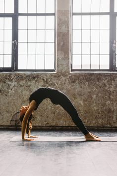 Et si le yoga pouvait favoriser un ventre plus plat, plus musclé, plus tonique ? Quelles postures de yoga améliorent la tonicité de mes abdominaux ?... /// #aufeminin #yoga #postures #ventreplat #perdreduventre #ventre #tonique #abdos #abdominaux #muscler #positions #asanas