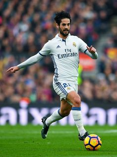 Isco Alarcon of Real Madrid CF runs with the ball during the La Liga match between FC Barcelona and Real Madrid CF at Camp Nou stadium on December 3, 2016 in Barcelona, Spain. (Dec. 2, 2016 - Source: David Ramos/Getty Images Europe) Pure Football, Real Madrid Football, Real Madrid Players, Football And Basketball, Best Football Team, Football Is Life, Isco Real Madrid, Real Madrid La Liga, Asensio