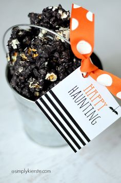 Spooky Halloween Popcorn is perfect for parties, gift-giving, or munching at home! It's super easy to make! Add a darling free printable Halloween tag!