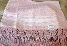 Toalha de rosto rosa  em macramê.