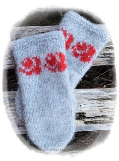 en blogg om håndarbeid, hekling, strikking og hverdagen ellers Fingerless Mittens, Knit Mittens, Knitted Gloves, Wrist Warmers, Knitting Patterns, Diy And Crafts, Diy Projects, Colours, Wool
