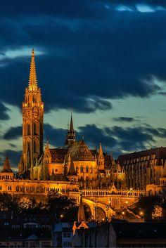 De Matthiaskerk van Boedapest, in de avond. Mooi hè. Bekijk alle sprookjesachtige bezienswaardigheden van Boedapest.