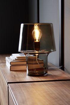 Zusätzlich können die Tablare mit einem Lichtstreifen versehen werden Shelf System, Clothes Rail, Dressing Area, Wood Design, Storage Solutions, Inventions, Light Bulb, Shelves, Desks