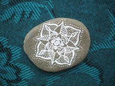 He encontrado este interesante anuncio de Etsy en https://www.etsy.com/es/listing/219271224/hand-painted-mandala-pebble