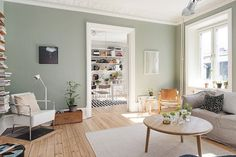 A calm Swedish apartment in green and cognac - new favourite colour for the lounge?
