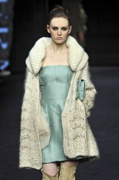 Ermanno Scervino at Milan Fashion Week Fall 2009 - Runway Photos Knitwear Fashion, Crochet Fashion, Moda Crochet, Knit Crochet, Sweater Coats, Knit Cardigan, Layered Fashion, Knitted Coat, Knitting Wool
