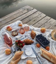 Brunch, or dinner. Croissants, Wine and fresh Fruits are always a winner Comida Picnic, Picnic Date, Summer Picnic, Beach Picnic Foods, Aesthetic Food, Aesthetic Themes, Love Food, Cravings, Delish