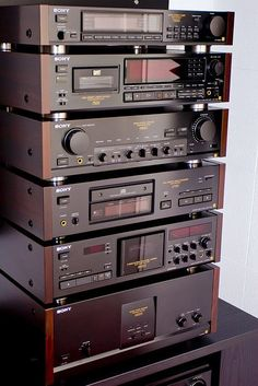Sony ES Components. Those were the days....... Up to Down: Tuner 77ES, DTC-75ES DAT, Pre-Amp, CD-Player, TC-K950ES Cassettedeck, Main Amp