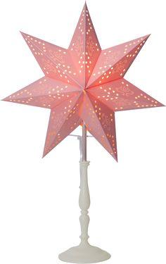 Ministjerne på trefot i klassisk utforming. Stjernen er fint mønstret, og gjør seg veldig bra i et vindu. Sprer herlig julestemning i huset. Høyde 55, bredde 35, dybde 14 cm. 1,8 m ledning med strømbryter.