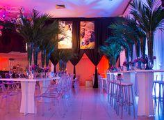 Mesas balcão, arte floral tropical. Cromado e Policarbonato.