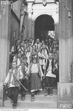 Гуцули біля кафедрального собору на Вавелі. Екскурсія мешканців гірських регіонів у Кракові, 1936