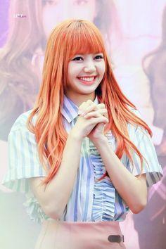 Hot Photo's of Lisa Blackpink Kpop Girl Groups, Korean Girl Groups, Kpop Girls, Jennie Lisa, Blackpink Lisa, Thai Princess, Lisa Blackpink Wallpaper, Summer Wallpaper, Black Pink