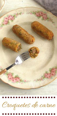 Croquetes de carne | Food From Portugal. Experimente estes croquetes de carne deliciosos que podem servir para um almoço em família ou para um simples piquenique com amigos. #croquetes #receita
