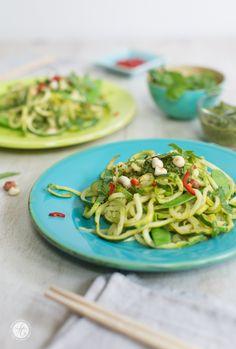 Asia-Zoodles mit Koriander-Pesto, Erdnüssen und Chili