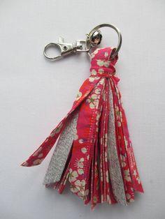 Porte-clés pompon en tissus noués et grelot Liberty Mitsi rose et rouge : Porte clés par poisson-d-avril