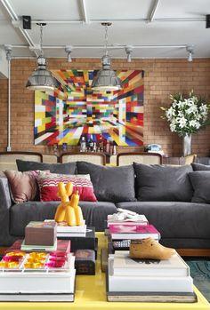 Décor do dia: sala industrial, colorida e descontraída - Casa Vogue | Décor do dia