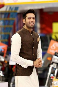 Latest Men Mehndi Dresses Kurta Shalwar Kameez Designs consists of stylish men event wear kurtas, shalwar kameez styles with embroidered patterns! Indian Groom Dress, Wedding Dresses Men Indian, Wedding Dress Men, Desi Wedding, Mens Indian Wear, Indian Men Fashion, Mens Fashion Suits, Men's Fashion, Waistcoat Designs