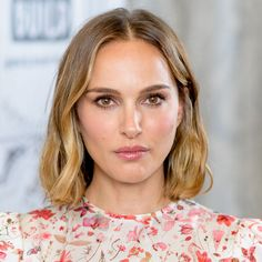 During a BUILD series conversation, Natalie Portman addressed the double standards in gender behavior. Celebrity Hairstyles, Up Hairstyles, Pretty Hairstyles, Straight Hairstyles, Nathalie Portman, Queen Hair, Perfect Curls, Iconic Women, Hair Health