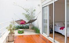 No primeiro andar da casa, a varanda do quarto tem deque, pedriscos e rede de madeira articulável. O projeto é do engenheiro Edison Kara e da arquiteta Simone Mantovani