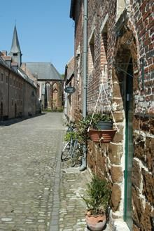 Begijnhof Diest- Gesticht in 1253 door Arnold IV waarvan de meeste van de 90 huizen en conventen uit de 17e en 18e-eeuw dateren.