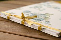 Álbum para bodas de Ouro. Costura japonesa, tecido floral, miolo em papel vergê.