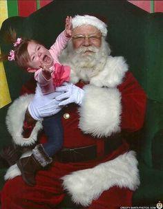 Esta niña, que no cesará ante nada en su intento de saltar dramáticamente fuera de los brazos de Santa: