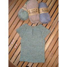 Baby trøje /vest PDF strikkeopskrift finder du her Knitting For Kids, Baby Knitting, Crochet Baby, Knit Crochet, Alpaca Plushie, Baby Vest, Diy Baby, Cold Shoulder Dress, Sewing