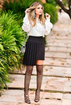 Street style look Thássia Naves com camisa branca, saia assimétrica e sandália gladiadora Schutz.