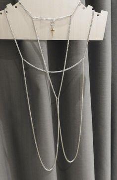 455574148f60 Zaujímavý dizajnový kúsok - sada retiazok na krk a ramená. Strieborné  retiazky so zlatým krížikom