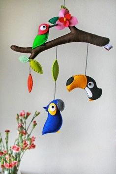 DIY felt parrots animal baby mobiles on Branches - kids crafts, homemade mobiles - Different styles Wall hanging mobile, do you love it? by Sarahy Baby Crafts, Felt Crafts, Diy And Crafts, Crafts For Kids, Bird Mobile, Hanging Mobile, Mobile Mobile, Homemade Mobile, Felt Baby