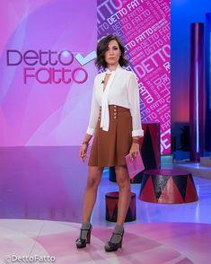 Caterina Balivo (camicia e gonna Annarita N, sandali L'Autre Chose, calzini Calzedonia, anelli MVP)