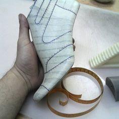 👢👞👟👠👡 🇹🇷✔ #shoedesing #shoemaster #shoemaker  #shoepattern #ayakkabi #tasarım #tasarim #modelist #istampa #handmade #shoes #leather… Shoe Template, Shoe Sketches, Shoe Last, Shoe Pattern, How To Make Shoes, Huaraches, Leather Working, Pattern Making, Bag Making