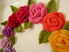 Crochet rose and leaves - tutorial by marblauinfinit Crochet Leaves, Crochet Motifs, Knitted Flowers, Crochet Flower Patterns, Freeform Crochet, Crochet Stitches, Crochet Roses, Crochet Diy, Crochet Amigurumi