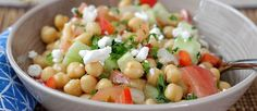 Saludable, colorida y refrescante Ensalada de Garbanzos. Solo hay que seguir el paso a paso! Una receta muy simple pero sabrosa, inspirada en la cocina Mediterránea... Seguro les va a encantar!