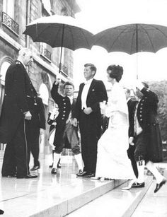 In France to meet Charles de Gaulle  May  1961. ❤❁❤❁❤❁❤❁❤❁❤ http://en.wikipedia.org/wiki/Jacqueline_Kennedy_Onassis   http://en.wikipedia.org/wiki/John_F._Kennedy  http://en.wikipedia.org/wiki/Charles_de_Gaulle